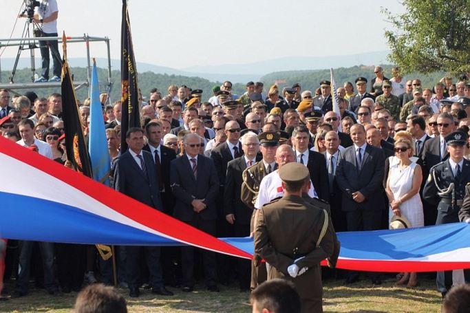 Ovu zastavu Josipa Rimac je poklonila Kolindi Grabar Kitarović i rekla joj 'neka TO visi na Pantovčaku - Kninska tvrđava 5. kolovoza 2014. (Foto: H. Pavić)