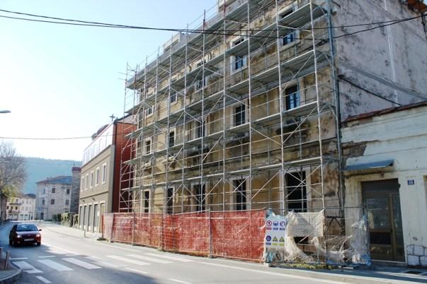 Dobroti su najprije dodijelili stan u zgradi pod skelom, u kojoj obnova nije počela ni četiri godine nakon što je dobio suglasnost o stambenom zbrinjavanju (Foto: H. Pavić)