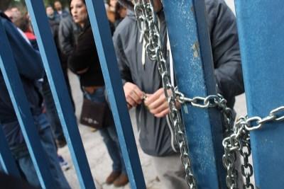 Pobuna radnika zbog tri neisplaćene plaće: Lancima zatvorili ulaz u TLM i zavezali automobile uprave