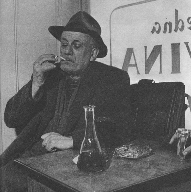 Tin Ujević na poznatoj fotografiji s napitkom u prvom planu (foto: Wikipedia)