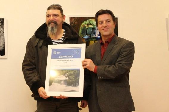 Srečko Kmetič iz Ekološke udruge Krka preuzima zahvalnicu iz ruku v. d. ravnatelja NP Krke Damira Dunđera (Foto H. Pavić)