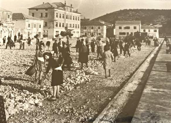 U Tisnom iz socijalističke epohe nije bilo diskriminacije - posla je bilo za sve. A za plaću su pitali samo neprijatelji izgradnje pravednog društa - dobrovoljne radne akcije uređenja središnjeg mjesnog trga Rudine (Danas Rudina dr. Franje Tuđmana)  U Tisnom iz socijalističke epohe nije bilo diskriminacije - posla je bilo za sve. A za plaću su pitali samo neprijatelji izgradnje pravednog društa - dobrovoljne radne akcije uređenja središnjeg mjesnog trga Rudine (Danas Rudina dr. Franje Tuđmana)