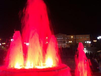 Syntagma, glavni atenski trg, crvena fontana i parlament u pozadini