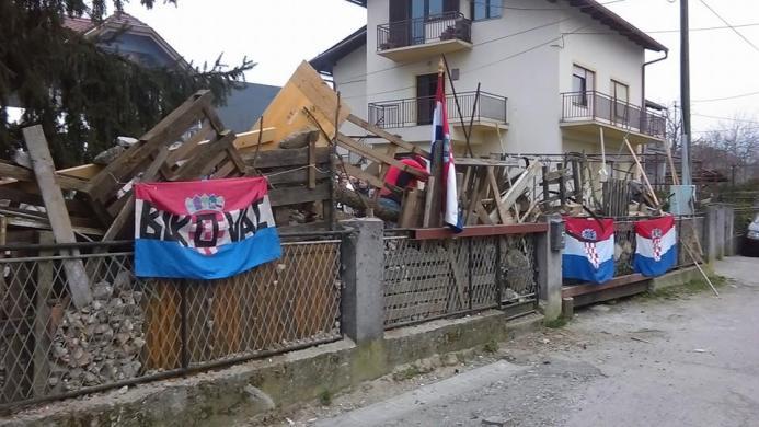 Barikade ispred kuće Cvjetković (foto Facebook)
