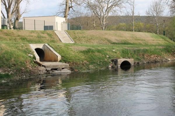 Kanalizacijski ispusti završavaju u rijeci (Foto: H. Pavić)