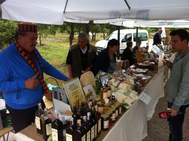 Krkin zeleni stol – rakijom, sirom i orasima za bolju suradnju Parka i lokalnog življa (FOTO)
