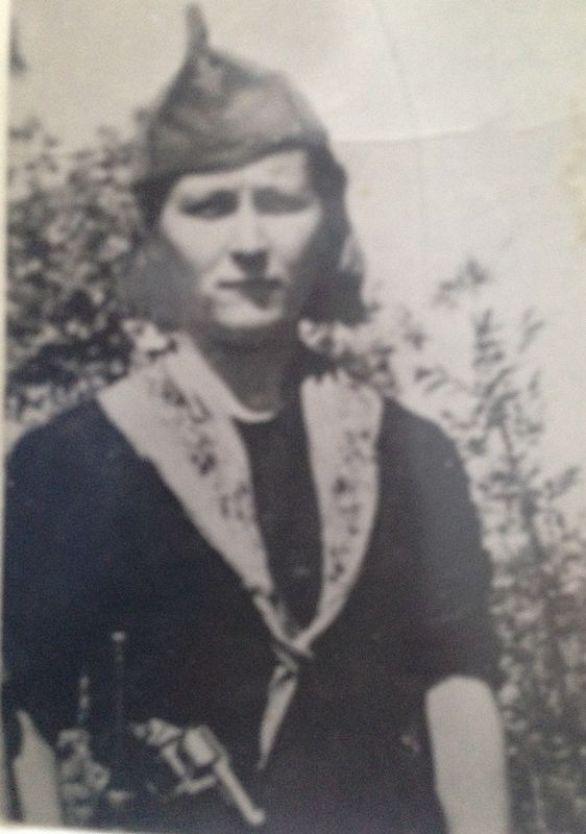 Prva fotografija Mile Kovač u partizanima u Vodičkom zaleđu - pištolj joj je za fotografiranje posudio Šime Ivas