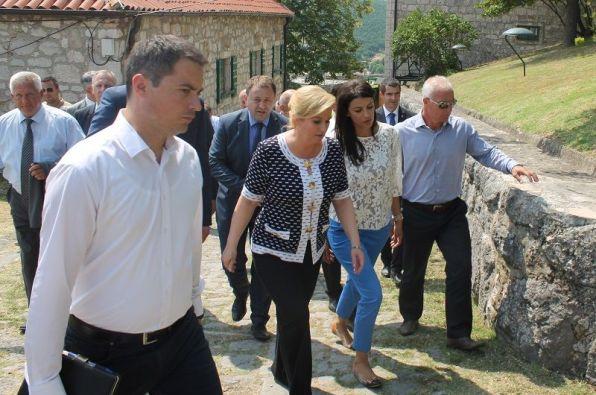 Predsjednica Kolinda Grabar Kitarović je obilazila kninski tvrđavu u društvu gradonačelnice Josipe Rimac i župana Gorana Pauka (Foto: H. Pavić)