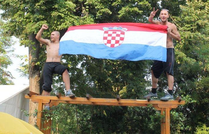 Domoljubi  na strehi(Foto H. Pavić)
