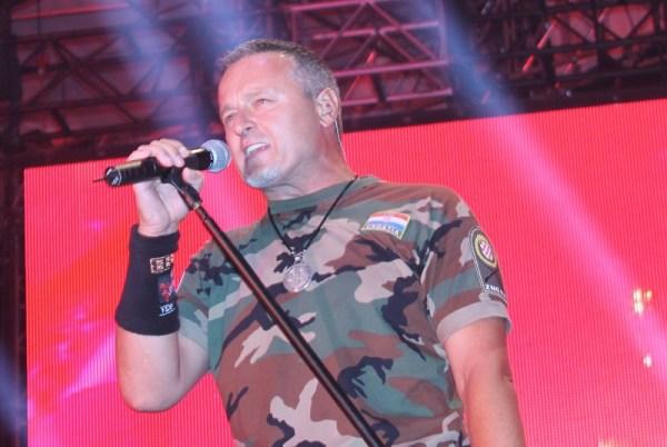 Marko Perković Thompson na jučerašnjem koncertu - ne skida maskirnu odoru (Foto: H. Pavić)