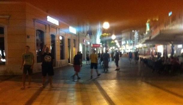 Napadači odlaze niz Korzo nakon napada - foto Lupiga.com