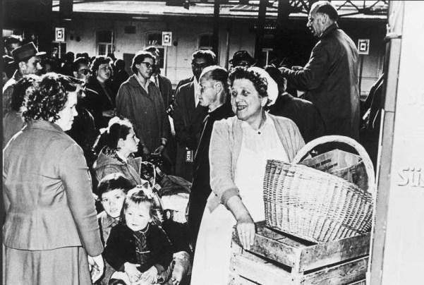 Mađarske izbjeglice u Salzbrgu čekaju ukraj na vlak za Stockholm, Austrijanke im sa smiješkom dijele hranu za put (izvor: UNHCR)
