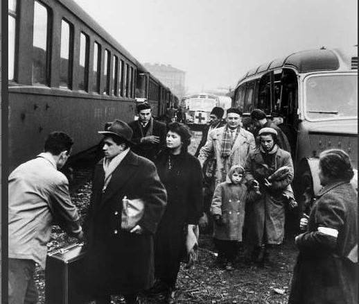 1956. godina: Izbjeglice Mađari se ukrcavaju na vlak u Austriji (izvor: UNHCR)