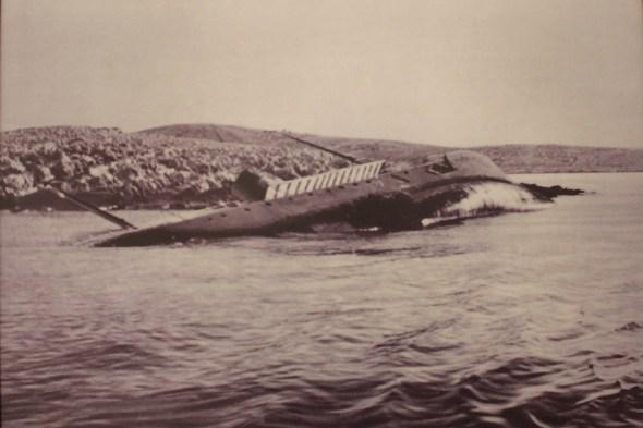 I parabrod Kupa je kod rta Ploča pogodio francuski torpedo, promašivši razarača koji mu je bio u pratnji