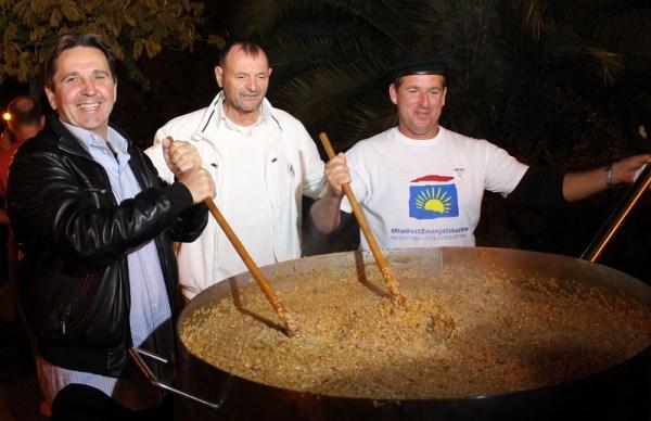 Stipe Petrina, <vinko Bolanča i Antonio Nižić veslaju po rižotu (Foto: Tris/H. Pavić)