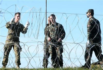 Slovenska vojska postavlja bodljikavu žicu na granicu s Hrvatskom. Na fotografiji slovenski vojnici postavljaju žicu. foto HINA/ Daniel KASAP / dk