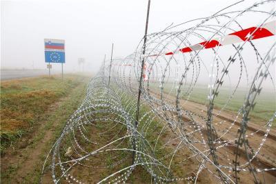 Slovenija dosad podigla 140 kilometara ograde od 'žilet žice'