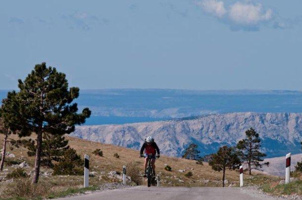 Povratak Hrvata s mora, biciklom uzbrdo iz Senja...