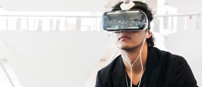 Čovjek s napravom za 'realnost' na glavi (foto: www.weforum.org)