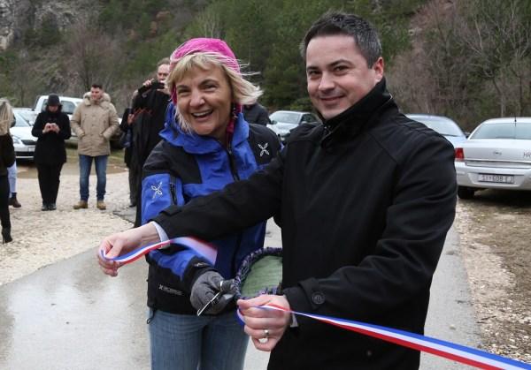 Čast da presjeće vrpcu pripala je dogradonačelniku Slavenu Iviću, a pomagala mu je Milena Šijan, koordinatorica projekta ispred Udruge 'Sunce' (Foto: Tris/H, Pavić)