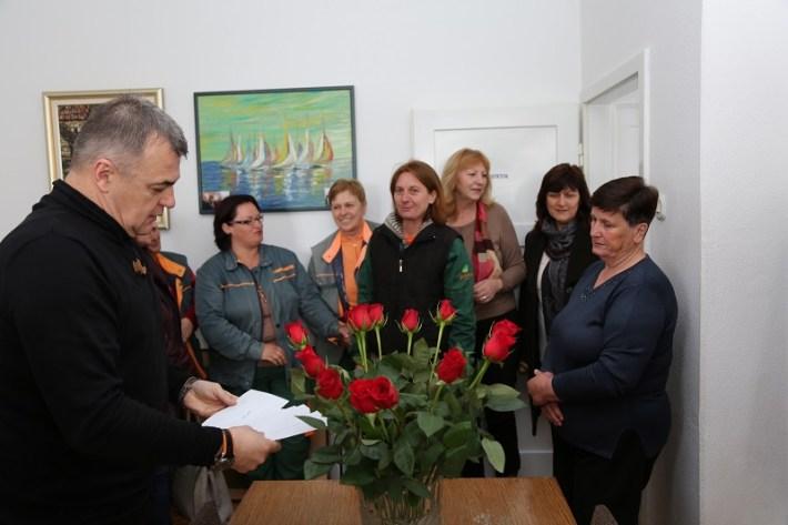 Zelenilo d.o.o. - direktor Siniša Burić dijeli ruže za 8. ožujka (Foto Tris H. Pavić) (2)