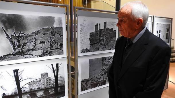 Boško Fržop gleda fotografije (foto TRIS/G. Šimac)