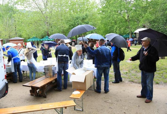 Graha i kobasica - 1. svibnja na Krki (Foto H. Pavic) (1)