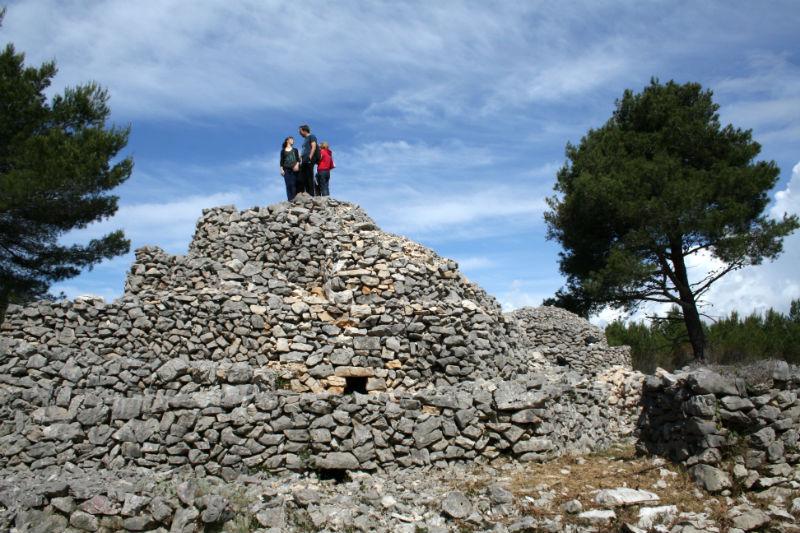 Kamen na kamen: Čačina gomila u Srimi – najveća, najteža, najviša i najljepša suhozidna građevina na Jadranu