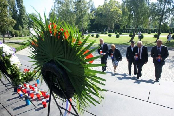 Narodne koalicije položila vijence ispred spomenika Glas hrvatsk
