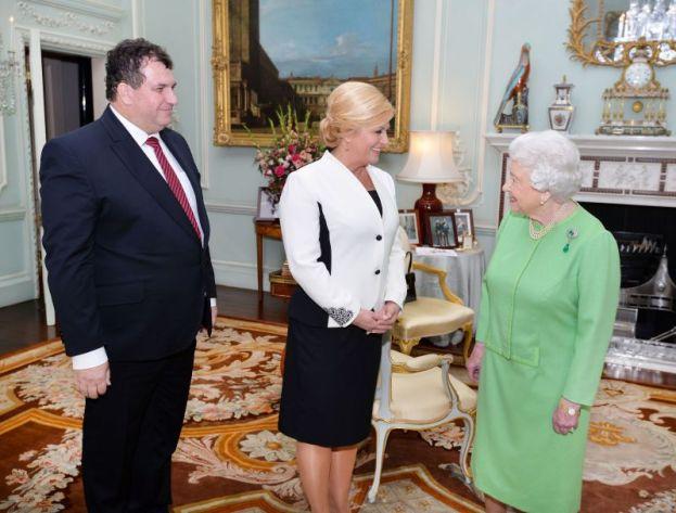 Modno osviješteni prvi gospodin Jakov Kitarović ima kravatu s crvenim detaljima, (lijevo), predsjednica RH ima crvene cipele (u sredini), a kraljica NJ.V. Elizabeta II. ima crne cipele (foto Twitter)