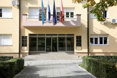 Ulaz, ali i izlaz iz gradske uprave Grada Knina (Foto: Tris/H. Pavić)