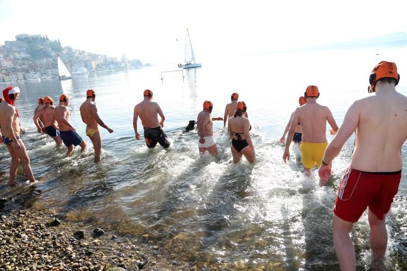 Novogodišnje kupanje u Šibeniku: Petsto ljudi na Banju, 21 u moru