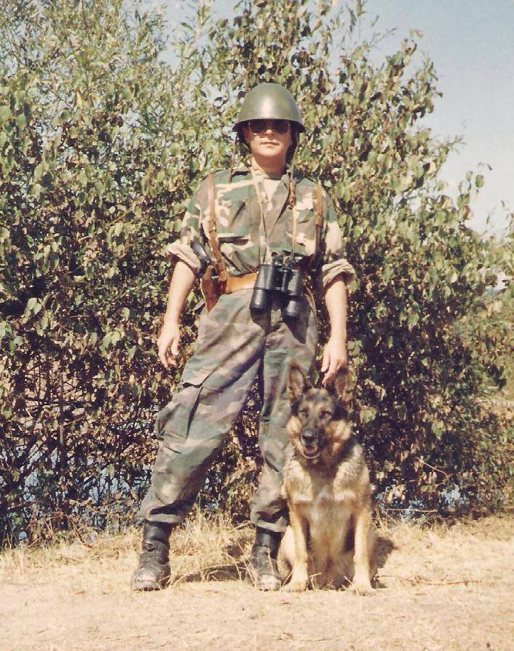 Vesna Grgić sa psom na ratištu (foto Facebook)