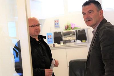 Anton Dobra predaje obavijest predsjedniku županijskog HDZ-a Nediljku Dujiću (Foto: Tris/H. Pavić)