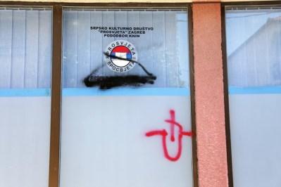 Bojom oštećen izlog prostorija kninskog Pododbora SKD Prosvjeta (Foto: tris/H. Pavić)