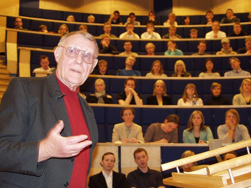 Ingvar Kamprad nešto objašnjava...