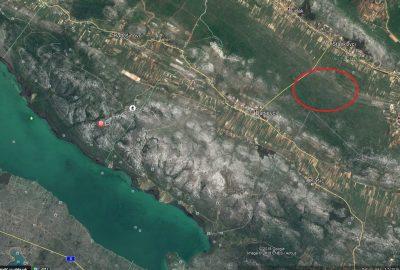 Zemljiše koje se prodaje crvena elipsa) je u blizini Parkaprirode Vransko jezero foto: Google Earth)