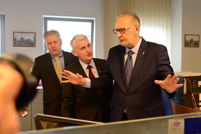 Prvi MUP-ovac s kolegama iz Centra za vozila Hrvatske u sjedištu te tvrtke 1. siječnja 2018. godine (foto MUP)