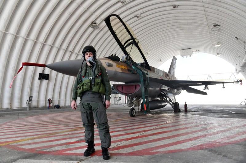 Pilot i avion u garaži (foto MORH/Tomislav Brandt)