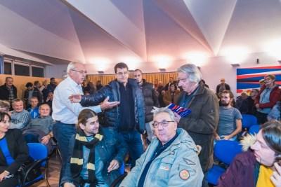 S promocije: Z. Restović (prvi s desna) pokušava čitati imena ubijenih. publika viče... (foto Valerio Baranović/Šibenik.in)