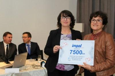 Ček na 7 500 kuna ravnateljici Centra za odgoj i obrazovanje 'Šubićevac' Branki Bego uručila je Marijana Lažeta, direktorica Impol-TLM-a