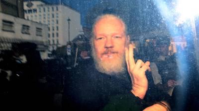 Julian Assange prilikom uhićenja (foto Facebook)