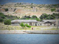Iz daleka se osjeća ozračje otoka koji je mnogima donio patnju (foto TRIS/G. Šimac)
