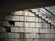 Podnožje mosta - Posvuda su rupe (foto TRIS/G. Šimac)