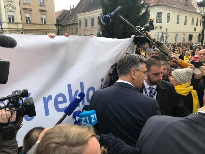 """Plenković se spustio među prosvjednike, a oni na njegove slatke riječi odgovorili šutnjom i podizanjem transparenta """"96 posto je reklo ne!"""""""