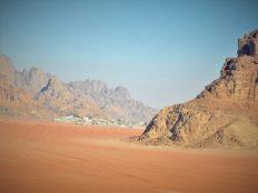 U daljini selo Wadi Rum, jedinoo pustinjsko naselje (foto TRIS/G. ŠIMAC)