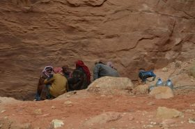 Beduini u stijenama oko Riznice- Petra (foto Joso Gracin Joka)