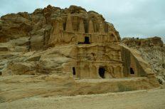 Prve grobnice na ulasku u Petru iz pravca Mojsijeve doline (foto Joso Gracin Joka)