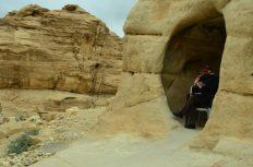 Stari Arap u zaklonici od vjetra u jednom od udubljenja na ulasku u Petru(foto Joso Gracin Joka)