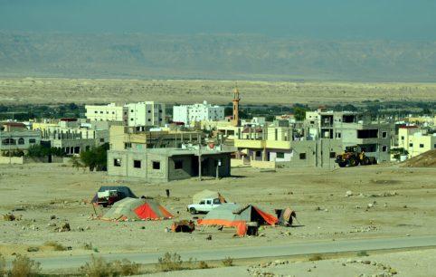 Izbjeglički kampovi pored naselja (foto J. Gracin)
